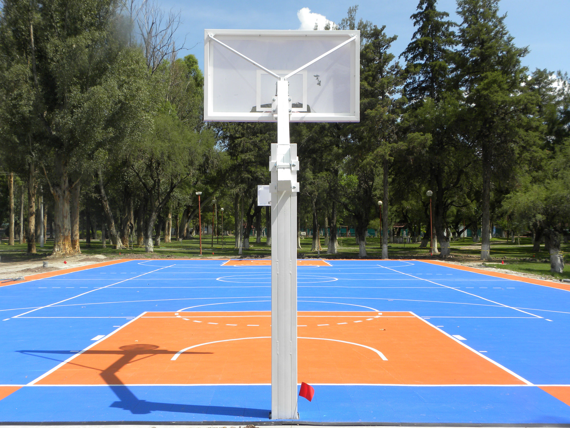 Instalación de piso sintético para áreas deportivas